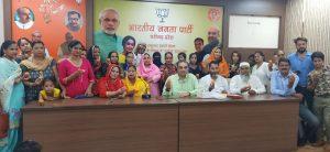 : केंद्र में मोदी सरकार द्वारा मुस्लिम महिलायों के हितों की रक्षा हेतु तीन तलाक कानून को बनाने को लेकर मनोनीत पार्षद हाजी मोहम्मद खुर्शीद के नेतृत्व में अल्पसंख्यक समुदाय के लोगों ने पार्टी कार्यालय कमलम् में भारतीय जनता पार्टी चंडीगढ़ के प्रदेश अध्यक्ष संजय टंडन से भेंटवार्ता की और आभार व्यक्त किया | इस अवसर पर मुस्लि: केंद्र में मोदी सरकार द्वारा मुस्लिम महिलायों के हितों की रक्षा हेतु तीन तलाक कानून को बनाने को लेकर मनोनीत पार्षद हाजी मोहम्मद खुर्शीद के नेतृत्व में अल्पसंख्यक समुदाय के लोगों ने पार्टी कार्यालय कमलम् में भारतीय जनता पार्टी चंडीगढ़ के प्रदेश अध्यक्ष संजय टंडन से भेंटवार्ता की और आभार व्यक्त किया | इस अवसर पर मुस्लिम महिलायों ने लड्डू खिला कर प्रदेशाध्यक्ष टंडन का मुंह मीठा करवाया | म महिलायों ने लड्डू खिला कर प्रदेशाध्यक्ष टंडन का मुंह मीठा करवाया |